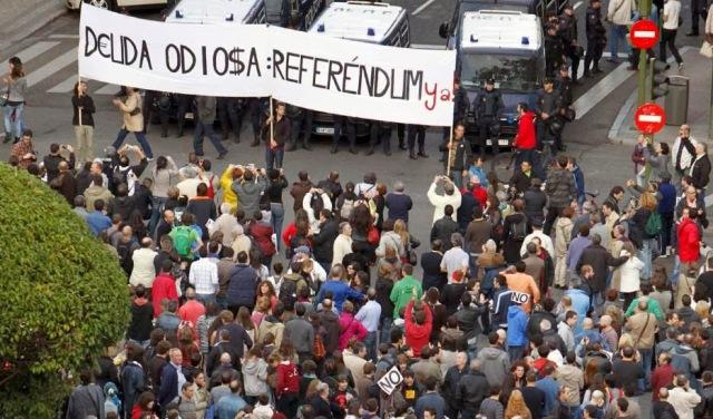 Protestas solicitando un referéndum para esclarecer la deuda odiosa [Fuente: spainrevolution.com]